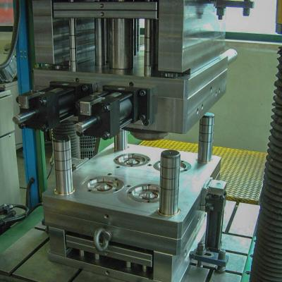 Die-casting multicavity die spotting press with hydraulic cylinders
